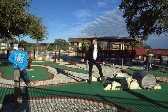 Flying L Hill Country Resort: Put Put golf