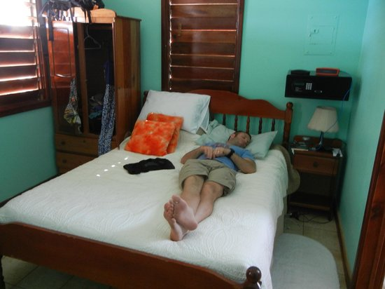 Seaspray Hotel: Bed in Seaview Room II (husband not included)