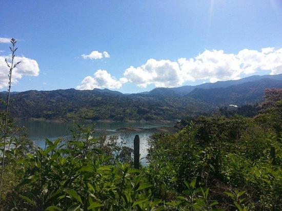 Embalse del Guavio: Vista de la represa el Guavio con Gachala al fondo