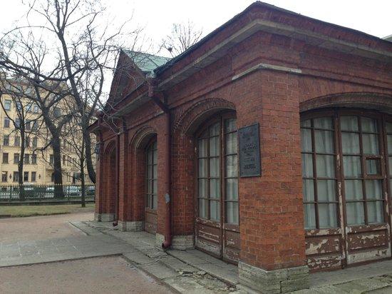 """Peter I House: Кирпичный """"саркофаг"""""""