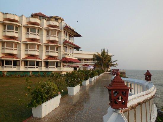 Mascot Beach Resort : A wonderful promenade overlooks the Arabian Sea