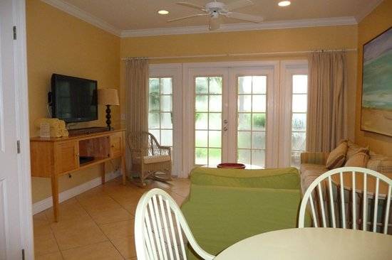 Tranquility Bay Beach House Resort: living area in 2-bedroom unit