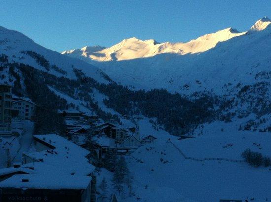 Hotel Alpenaussicht: Ausblick zum Tal am Morgen