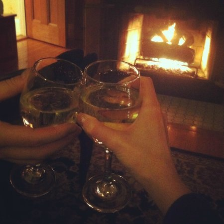Glynn House Inn : Toasting in our room