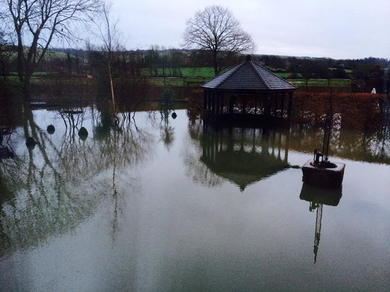 Deans Place, Country Hotel and Restaurant: The garden a little wet!