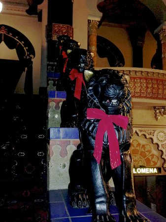 Oriental Theater: Huge lions decked out in bows for the holidays