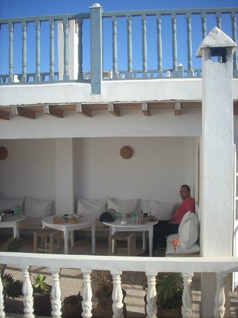 Riad Baladin : Shelter for breakfast from sometimes windy Essaouira