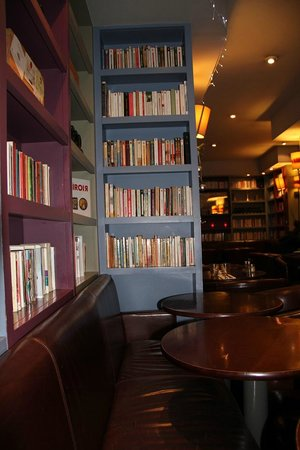 Le Cafe Livres: Cosy, banquette confortable