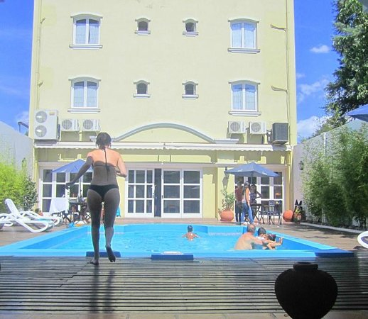 Altos de Balcarce Hotel: La pile y vista del hotel parte trasera