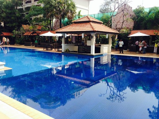 Hotel Somadevi Angkor Resort & Spa: Pool featuring swim-up bar