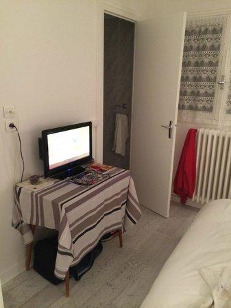 Hotel de Bourgogne : vu de la porte d entree sur l autre moitié de la chambre
