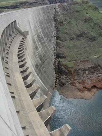 Katse Dam: Dam wall from top - overflow