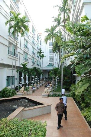 Tara Angkor Hotel: cour interieure et restaurant