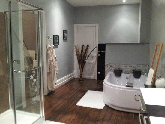 salle de bain avec douche de massage photo de o beau rep re boulogne sur mer tripadvisor. Black Bedroom Furniture Sets. Home Design Ideas