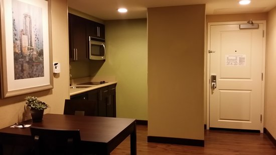 Homewood Suites by Hilton Orlando Airport: table/ kitchen area