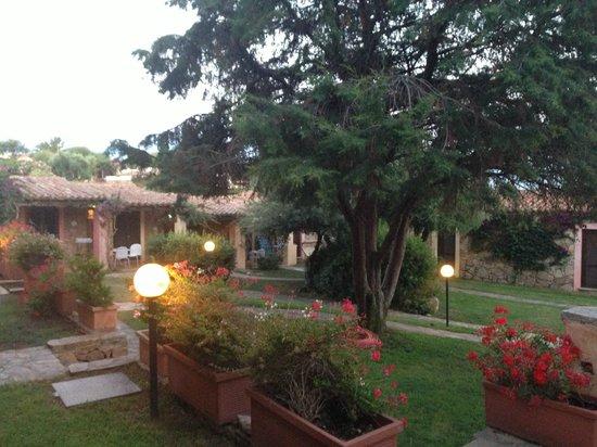 Hotel Resort & SPA Baia Caddinas: внутренний дворик, вид из окна