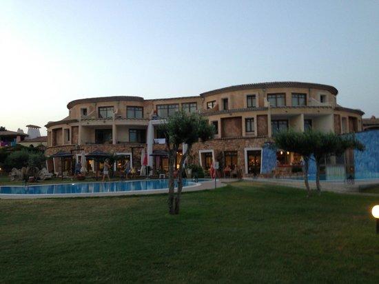 Hotel Resort & SPA Baia Caddinas: общий вид отеля вечером