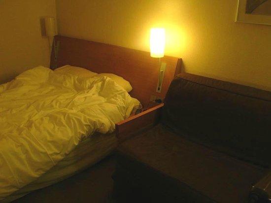 Novotel Le Havre Centre Gare : Novotel Le Havre Bassin Vauban: Francia: letto e divano stanza