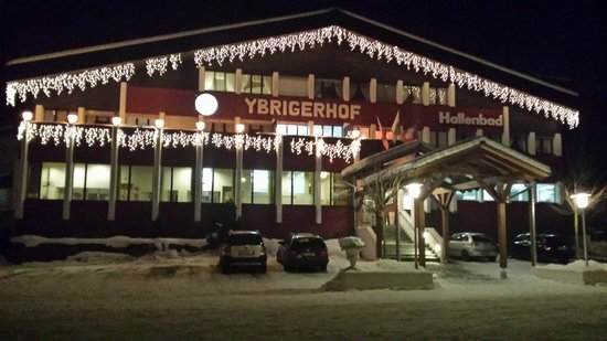 Hotel & Restaurant Ybrigerhof: Ybrigerhof at night