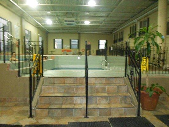 Crowne Plaza Niagara Falls - Fallsview: Walking up to the Pool and hot tub