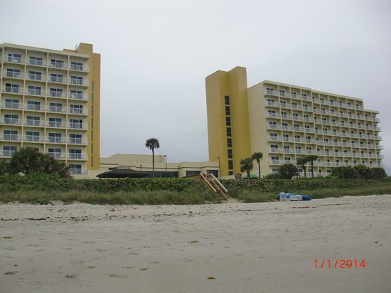 DoubleTree Suites by Hilton Melbourne Beach Oceanfront : View of hotel from beach
