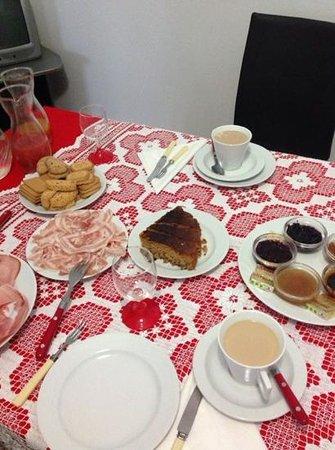 B&B Torino Chic : la colazione del primo dell'anno con la tovaglia rossa