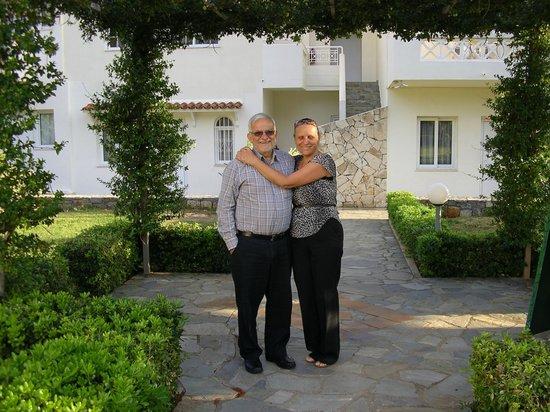 Villa Mare Monte: Nos adorables hôtes, Koula et son mari