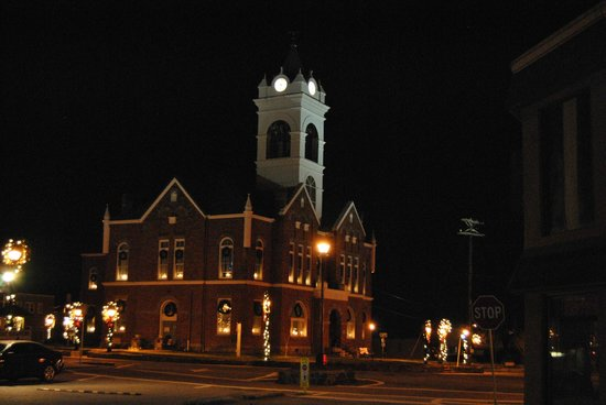 Seasons Inn: Courthouse lit up for Christmas