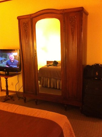 Best Western Big Bear Chateau: Antique armoire