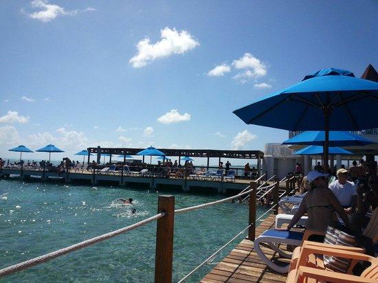 Decameron Aquarium: Excelente piscina natural