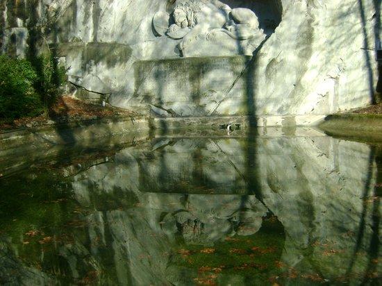 Löwendenkmal: leone morente lucerna