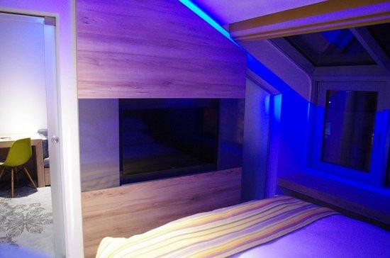 PURO Kraków Stare Miasto : TV in bedroom of suite
