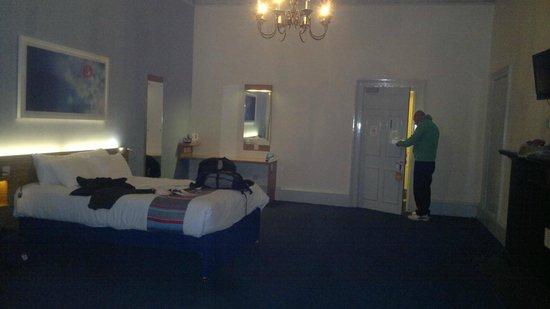 Travelodge Edinburgh Haymarket Hotel : massive room