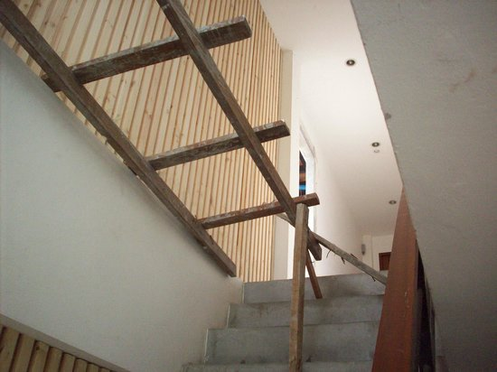 5ive Beach House Hotel: wood scaffolding on stairwell