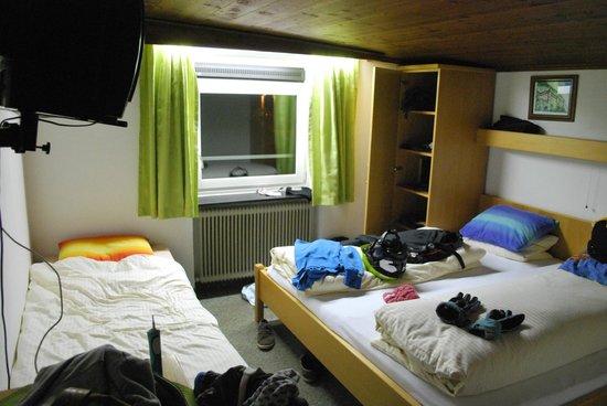 Hotel Linde: geen (opberg-)ruimte, rechtstaan in de (koude) douche niet mogelijk