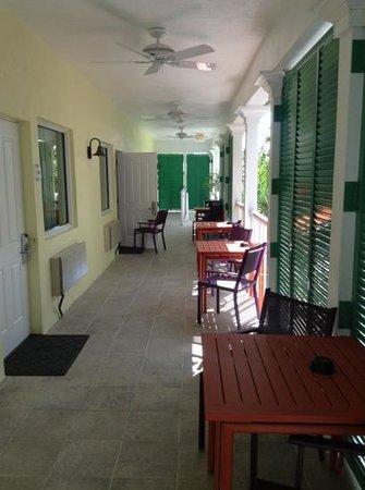 Almond Tree Inn: vor jeder Zimmertür steht ein kleines Tischli zur Verfügung