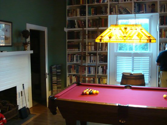 Moore Farm House B&B: Pool table in the library.