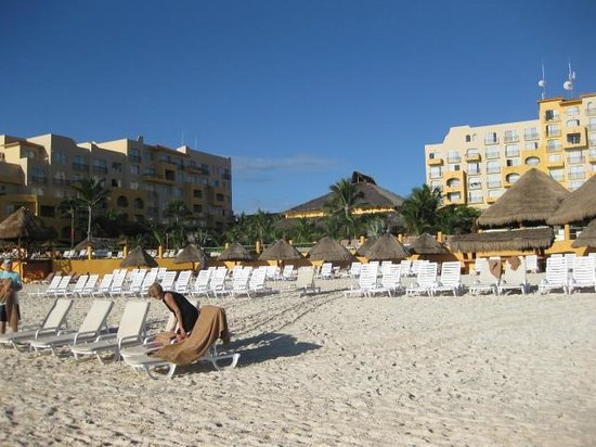 Fiesta Americana Condesa Cancun All Inclusive: beach looking back at the hotel pool area