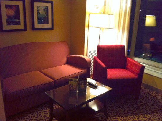 Niagara Falls Marriott Fallsview Hotel & Spa: Sitting area junior suite