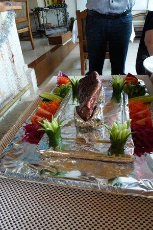 Kayı's Bar & Restaurant: Presentatie van de heerlijke Chateau Briand voor 2 personen.