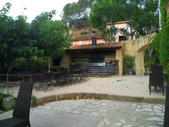 Le Moulin Des Artistes: Outdoor dining area and grill