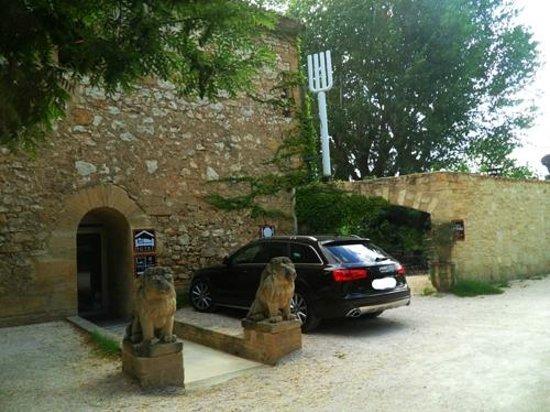 Le Moulin Des Artistes: entrance to hotel and restaurant