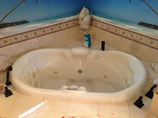 The Inn Above Oak Creek : Spacious two-person Jacuzzi bath
