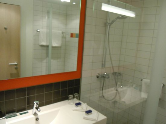 Park Inn by Radisson Stuttgart: Bathroom