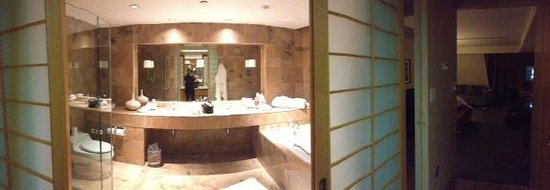 Inn at Laurel Point: Huge, marble bathrooms