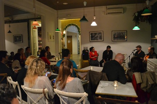 Casa Gracia Barcelona Hostel: Common room with guests watching the free flamenco concert