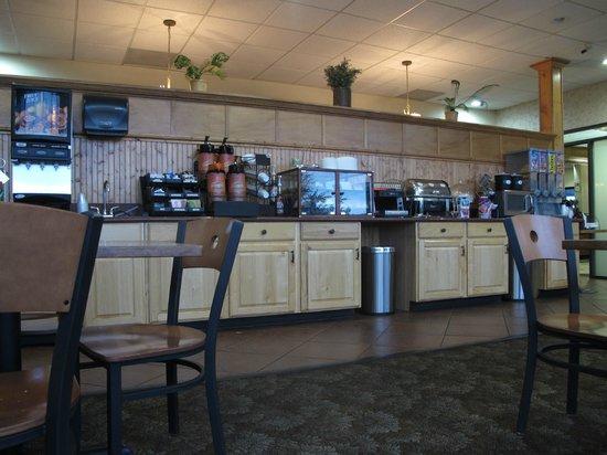 Days Inn & Suites Trinidad: breakfast counter
