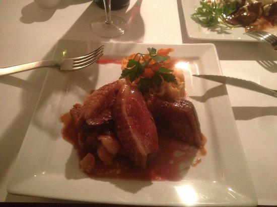 Au Petit Tonnelier: magret de canard, confit de poire sur pain d'épices maison