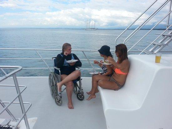 Manuel Antonio Catamaran Adventures: Perfecto para silla de ruedas