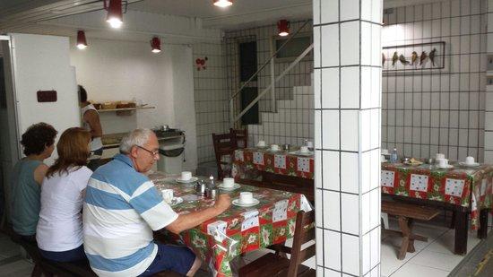 Pousada Meu Rancho : Área do café da manhã.  2 tipos de suco, 3 tipos de frutas,  presunto ( não é apresuntado), 2 ti